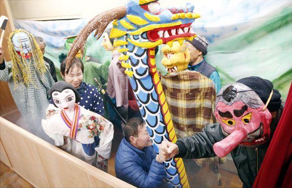 怪フォーラムに向けて人形劇の練習をする山城・大歩危妖怪村のメンバー=三好市山城町の旧上名小学校