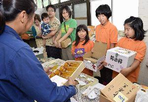 住民から寄付を受けた食器などを販売するTICのメンバー=海陽町奥浦のピア海部