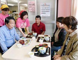料理を提供する椿ママどるのメンバー=阿南市椿町庄田