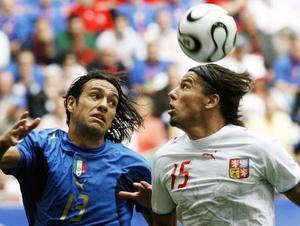 2006年W杯ドイツ大会のイタリア戦でネスタ(左)と競り合うチェコのバロシュ=ハンブルク(AP=共同)