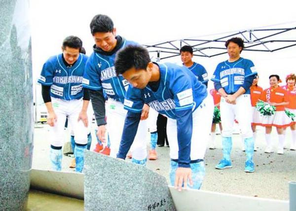独立リーグ日本一などのお礼参りをする平間内野手(手前)ら=阿南市那賀川町の89番・野球寺