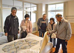「楽校の宿 あるせ」の客室を見て回る宿泊者ら=三好市西祖谷山村