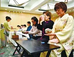 初茶会で抹茶を堪能する参加者=徳島市万代町3の徳島グランヴィリオホテル