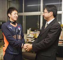 中山監督(右)と握手を交わす西選手=徳島市の徳島商業高