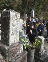 写楽が描いた力士の墓に手を合わせる参加者=徳島市城南町1