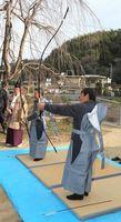 1年の無病息災を祈って行われた金山神社の伝統行事「お的」=徳島市多家良町