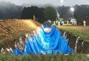 鳥インフルエンザが確認された養鶏場で進む埋却作業=3日早朝、宮崎県都城市(同県提供)