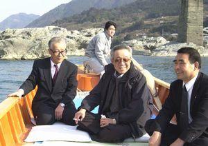吉野川をテーマにした曲作りのため来県し、観光遊覧船で景色を楽しむ船村さん(中)。右は当時の西尾町長=2001年2月11日、美濃田の淵周辺