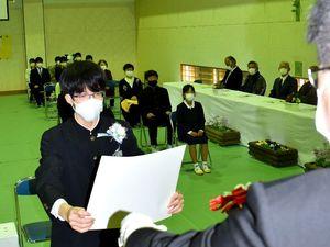 卒業証書を受け取る楠本さん(左)=15日午前10時ごろ、美波町の由岐中伊座利分校