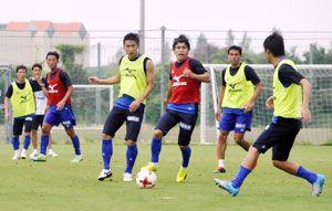 ボール回しの練習に力を注ぐイレブン=徳島スポーツビレッジ