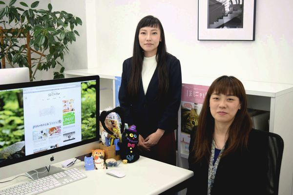 「ほにゃけん」編集部の白桃さん(右)と田村さん=松茂町広島の南プランニング
