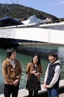 仲間と共に面白い街の実現を目指す内藤さん(中央)=徳島市の新町川水際公園