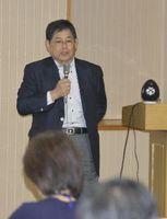 企業誘致や地方創生について講演する日本立地センターの德増専務理事=県庁