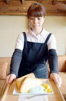 新メニューに加わった食用藍入りの生クリームを添えたシフォンケーキ=美馬市脇町の「藍蔵」
