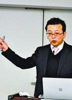 老後に向けた資産運用についてアドバイスする尾山さん=徳島新聞社