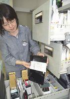 県警に届けられた拾得物。スマホなどの携帯電話が増え、中にはタブレット端末もある=徳島東署