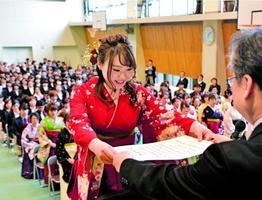 卒業証書を受け取る卒業生=徳島市の県立総合看護学校