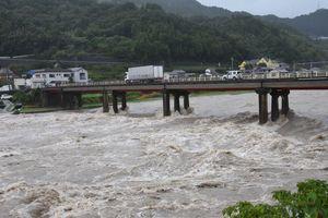 台風による大雨で増水した鮎喰川=20日午後1時45分、神山町阿野