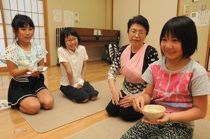 学童保育で茶道を体験する入田小児童=徳島市の入田コミュニティセンター