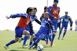 京都戦での今季2勝目に向け、紅白戦で連係を確認する徳島の選手たち=徳島スポーツビレッジ