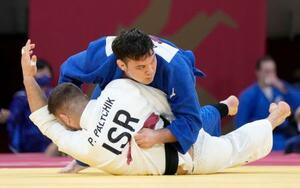 男子100キロ級準々決勝 イスラエル選手(下)から技ありを奪うウルフ・アロン=日本武道館