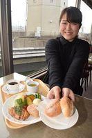 「つるぎの五穀パン」を使ったランチメニュー=つるぎ町貞光の貞光ゆうゆう館