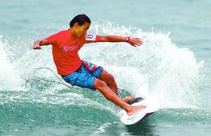 全日本サーフィン選手権大会の予選で技を披露する海部高1年の安室さん=高知県東洋町の生見海岸