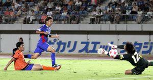後半29分、徳島ヴォルティスの佐々木陽(左から2人目)が自身3得点目となるゴールを決め5-0とする=鳴門ポカリスエットスタジアム