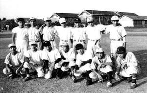 グラウンドで写真に収まる富岡西の選手たち。左から4人目が坂東=1955年9月、同校