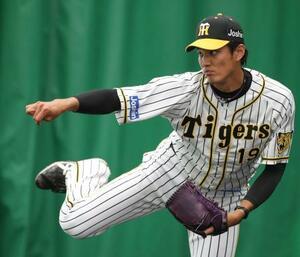 ブルペンで投球練習する阪神・藤浪=宜野座