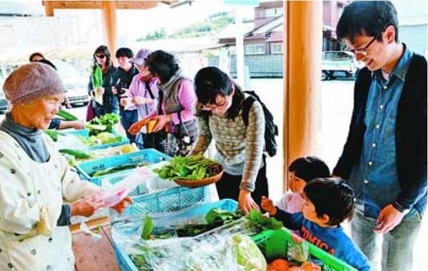 野菜を買い求める来場者=佐那河内村上の地域交流拠点施設「新家」