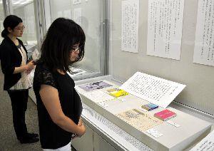 徳島ゆかりの文学者の戦争作品や関連資料が並ぶ特別展=県立文学書道館