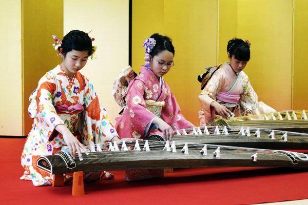 来場者の前で箏を演奏する小学生=徳島城博物館